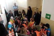 Děti si návštěvu policejní služebny užily.