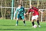 Lhota (v červeném) po bezkrevném výkonu podlehla doma tentokrát výtečné Hostouni 0:2