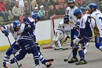 Kladno (v modrém) zahájilo semifinálovou sérii ve Vlašimi nadějně, vyhrálo odvetu a srovnalo stav na 1:1.