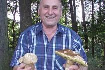 NEJEN na Kladensku, ale i na mnoha dalších místech republiky rostou houby doslova jako po dešti. Své o tom ví i Vladislav Císař ze Slaného, který své parádní kousky nasbíral letos po letech na Jemčině v jižních Čechách. Krátce před tím, než rekreanty vyhn