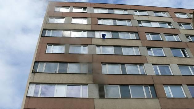 Ve sklepě jednoho z kročehlavských paneláků hořel odpad. Hasiči evakuovali šestnáct lidí.