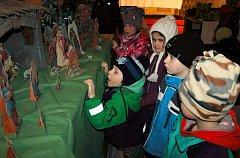 Výstava betlémů v kostele sv. Štěpána ve Pcherách přilákala už vloni řadu návštěvníků. Na snímku děti z místní mateřinky.