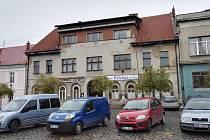 Někdejší hotel Záložna ve Velvarech na náměstí, jehož historie sahá do 30. let minulého století, se dočká záchrany.