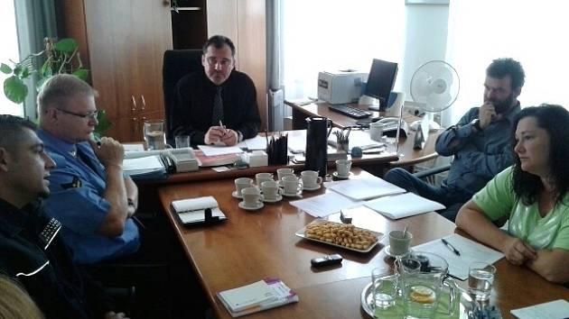 Asistent prevence kriminality a lokální konzultant Michal Kratochvíl na tiskové konferenci u starosty Slaného Martina Hrabánka.