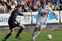 Vít Beneš proniká přes zálohu Slovácka.. / SK Kladno - FC Slovácko 1:0(1:0) , utkání 26.k. Gambrinus liga 2009/10, hráno 25.4 .2010