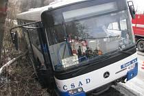V autobusu bylo uvězněno osm cestujících. Nehoda se naštěstí obešla bez zranění.