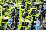 Růžová běžná kola vystřídala zeleno-žlutá elektrokola.