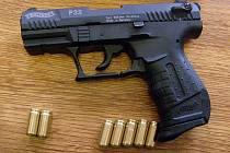 Při domovní prohlídce nalezli policisté dvě krátké a jednu dlouhou střelnou zbraň.
