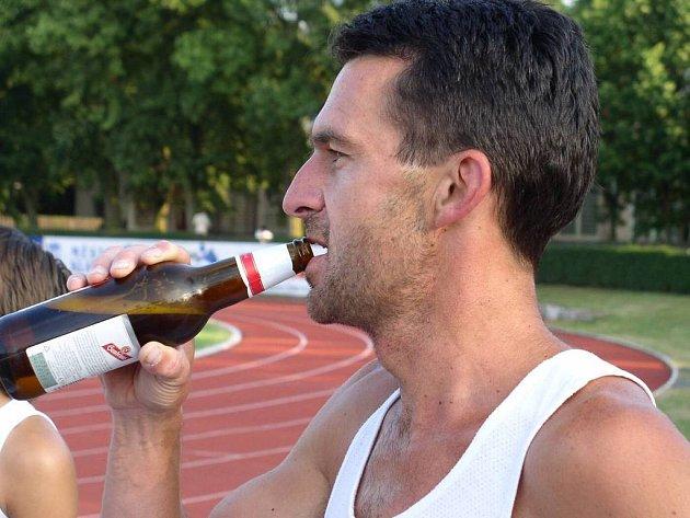 METOD FIKES, hlavní organizátor pivního maratonu, nechyběl ani letos na startu recesistického závodu, který je pořádán vždy na závěr jarní části atletické sezony.