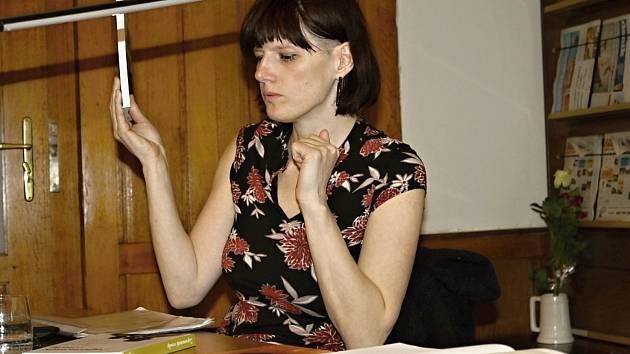 Spisovatelka Martina Bittnerová přo přednášce ve Středočeské vědecké knihovně Kladno.