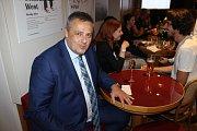 Volební štáb Volby pro Kladno v kavárně kladenského divadla. Vlevo primátor Milan Volf.