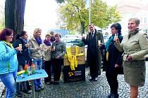 SLAVNOSTNÍ ZPROVOZNĚNÍ slánského biblioboxu se uskutečnilo za přítomnosti místostarosty Slaného Jaroslava Hložka, ředitelky knihovny Zoji Kučerové (vpravo) a jejích kolegyň