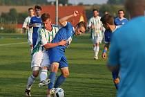 Na rozdíl od předešlých zápasů, v nichž navíc pouze střídal, se úvalský Lukáš Vít (v modrém) dokázal proti Souši vymanit z obrany soupeřů a hned třikrát rozvlnil síť.