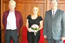 Dárky Anežce předali vedoucí kladenského policejního oddělení obecné kriminality Karel Fišer a náměstek primátora Vladimír Moucha.