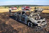 Škoda Octávia shořela na poli u Bělče do základu