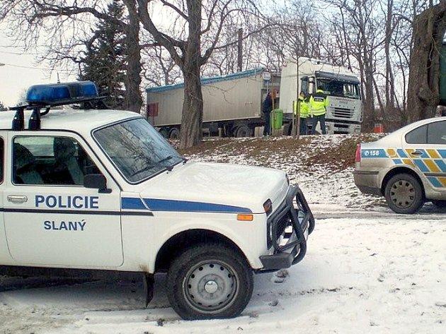Městská policie Slaný ve spolupráci s dopravním inspektorátem Krajské správy Policie České republiky a krajským úřadem v pátek poprvé v letošním roce provedla společnou akci zaměřenou na kontrolu kamionů v obci Blahotice.