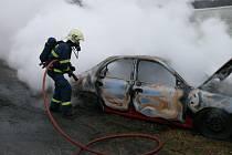 Osobní automobil mezi Želenicemi a Brandýskem někdo zapálil úmyslně.
