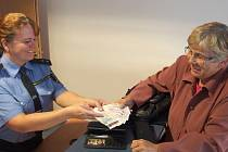 Šťastná seniorka, která se díky poctivému nálezci opět setkala se svými penězi i doklady