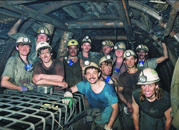 Unikátní snímek z poslední šichty na Dole Schoeller 29. června 2002. Je na něm zachycen kolektiv Jaroslava Spejchala, který patřil k nejlepším rubačským partám v kladenském revíru.
