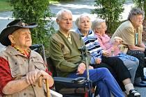 SLAVNOSTNÍ  OTEVŘENÍ NOVÉ PŘÍSTAVBY Domova pro seniory v kladenské ulici Fr. Kloze.  Pro klienty byl připraven zábavný program s živou hudbou a občerstvením.