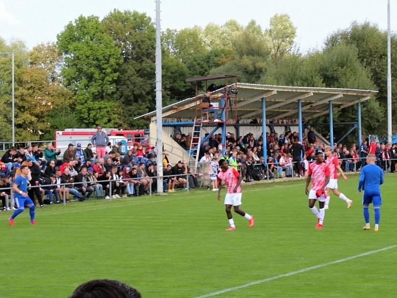 Fotbalová bomba tikala ve Velvarech, domácí ji ale neodpálili úplně a Slavia zápas o postup do osmifinále MOL Cupu zachránila. Vyhrála 4:2.