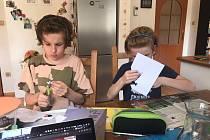 Žáci základní školy rozhodně nelení a doma se učí. Od učitelů dostávají úkoly, které musí odevzdat. Foto: Jiří Kraus, ZŠ Smečno