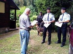 POLICISTÉ apelovali na chataře, aby si řádně zabezpečili svůj majetek, ale také jim rozdávali letáky s preventivními radami.