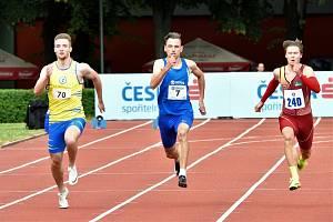 Loni Matěj Krsek (vlevo) v Kladně při závodě na 200 metrů Pavla Masláka porazil.