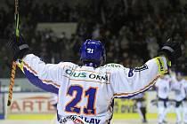 Radek Bělohlav se raduje po vstřelení  4. branky Kladna (svojí druhé). Při střele navíc zlomil svoji hokejku!