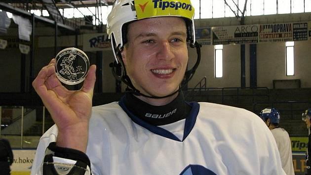 Soutěž o nejtvrdší střelu hokejistů Kladna (9.2.2012). Vítězný Petr Kafka