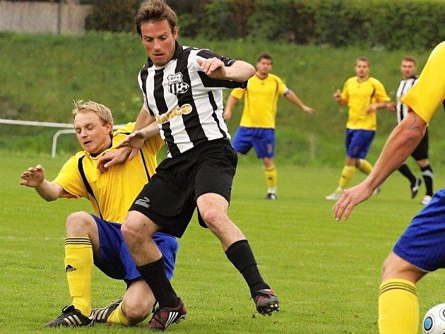 Dobříšského Filipa Dorta atakuje slánský Dominik Tauš (ve žlutém).