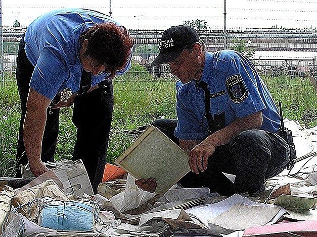 Policisté a strážníci měli v pondělí odpoledne v areálu Koněv plné ruce práce.
