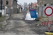 Velvarská ulice v Kladně-Švermově v době nekonečné rekonstrukce.