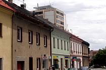 Žižkova ulice s U:fonem umístěném na střeše věžového domu ve Slaném.