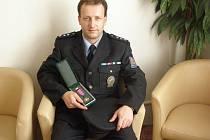 ZDENĚK MARKUP S MEDAILÍ. U policie slouží třiadvacet let od svého osmnáctého roku. Uniformu policie obléká i jeho syn.