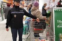 Strážníci radili lidem v obchodě, jak nepřijít o celé jmění.