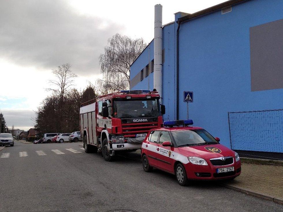 Vítr trhal plechy ze střechy, lámal a vyvracel stromy. Jeden spadl na školu v Tuchlovicích.