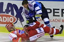Piskáček v souboji ztratil přilbu // HC Kladno - HC Mountfield Č. Budějovice 0:2, O2  ELH 20010/11, hráno 26.9.2010