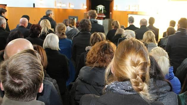 Pohřeb Aničky v obřadní síni kladenských hřbitovů.