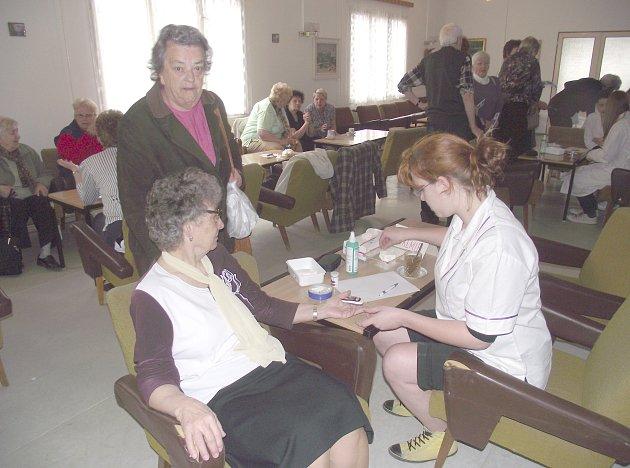 NÁVŠTĚVNÍCI DNE ZDRAVÍ si v lékařském klubu kladenské nemocnice mohli nechat změřit například hladinu cukru v krvi, tlak, tělní tuk nebo cholesterol.