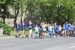 Běžci společně s žáky 12. základní školy běží Rozdělovem.
