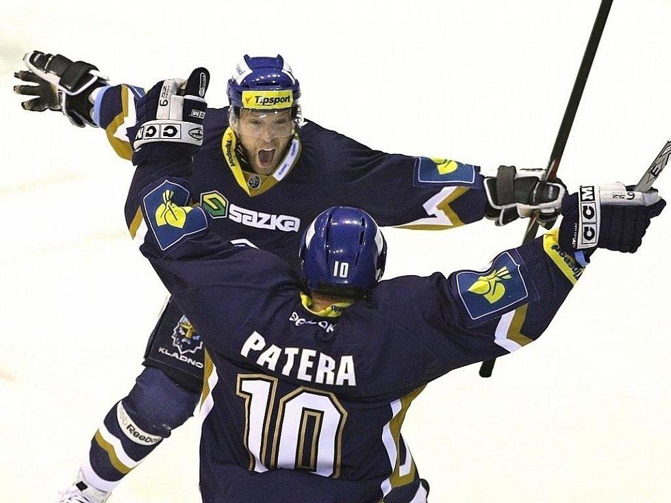 Kladno - Kometa 3:2. Bicek se raduje a děkuje Paterovi, právě se postarali o rozhodující gól Kladna
