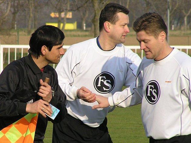 Při turnaji v Lidicích by měla panovat taková pohoda, jakou na snímku předvádějí hráči Sokola Hlásek (vpravo), Čurilla a rozhodčí Gaži.