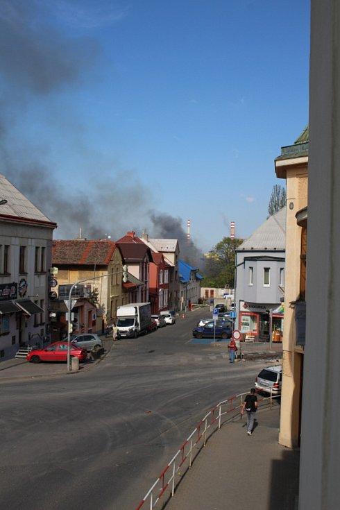 Kladno zahalil hustý dým, v Poldovce hoří porost.