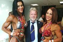 Kladenské hvězdy Lenka Hlaváčová a Taťána Nadděnnaja s mezinárodním rozhodčím Stanislavem Pešátem při kladenské soutěži.