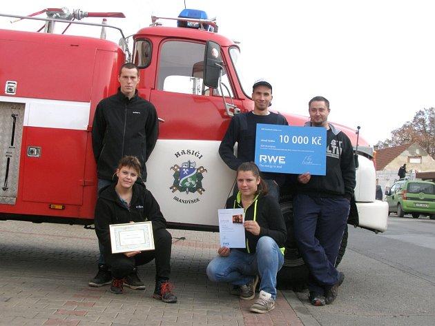 ČLENOVÉ SBORU DOBROVOLNÝCH hasičů Brandýsek před svou opravenou Andělou.