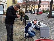 Solární lavička na Masarykově náměstí ve Slaném s připojením na internet zdarma a možností dobití telefonu, tabletu či notebooku prostřednictvím dvou USB zástrček.
