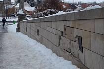 Ve Slaném nabourala řidička do mostu, socha světce byla uchráněna.