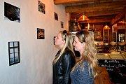 Výstava fotografií Karla Kučery je v kavárně Kaffka do pátku.