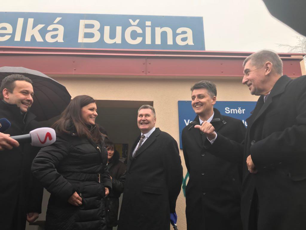 Zástupci vlády a kraje jsou na železniční zastávce ve Velké Bučině, která leží na trati mezi Kralupy nad Vltavou a Velvary.
